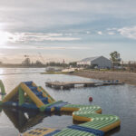 Rannaliiv ja kummilinn Kamari järvel veelauakeskuses Wpark